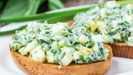 Salata od jaja u integralnome pecivu