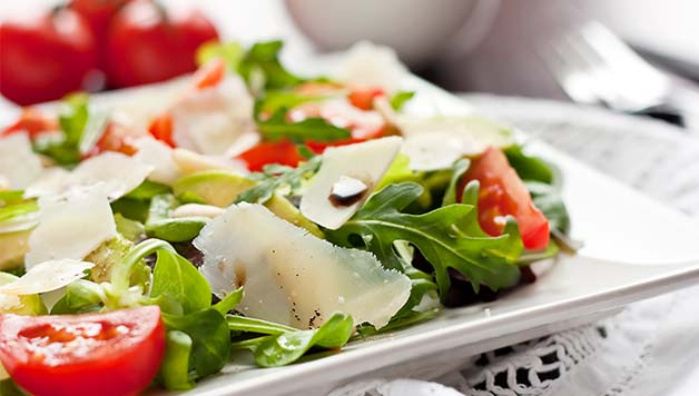 Salata s avokadom, rikulom i cheddar sirom
