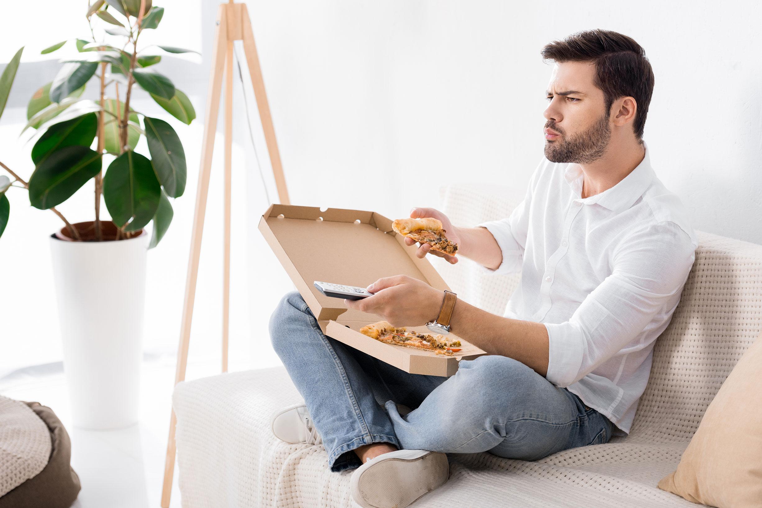 jelo ispred televizora